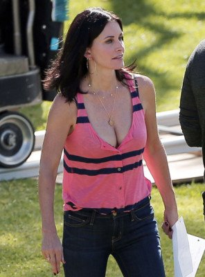 actress Courteney Cox hot cleavage outfit pic 2