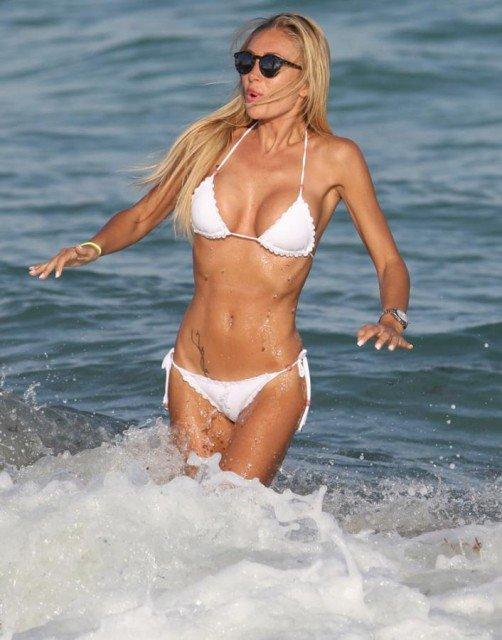 Laura Cremaschi whit bikini on Miami Beach photo 4