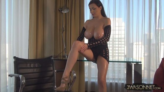 Ewa Sonnet flaunts her big boobs in video