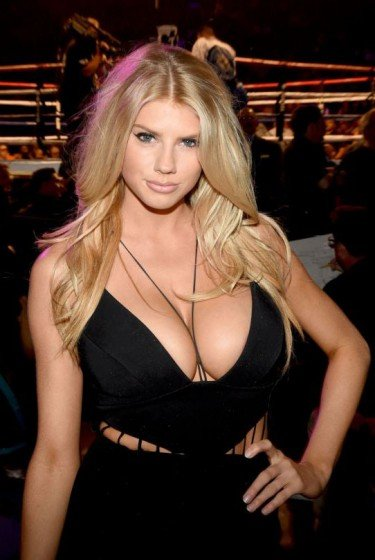 Charlotte McKinney impressive cleavage in boxing match!
