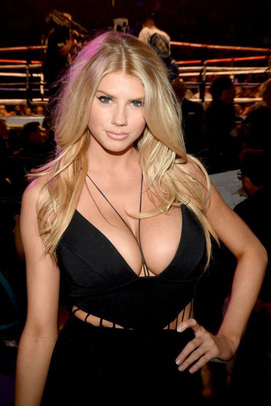 Charlotte McKinney cleravaget in a boxing match in Las Vegas