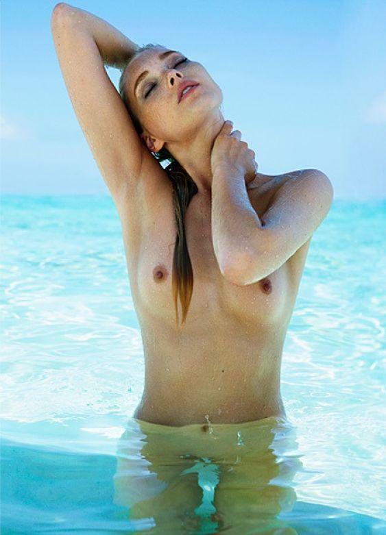 Elsa Hosk naked titsposoe in swimming poll