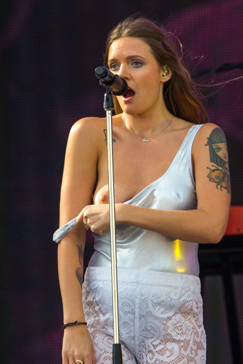 Tove Lo Nipple skip on Stage
