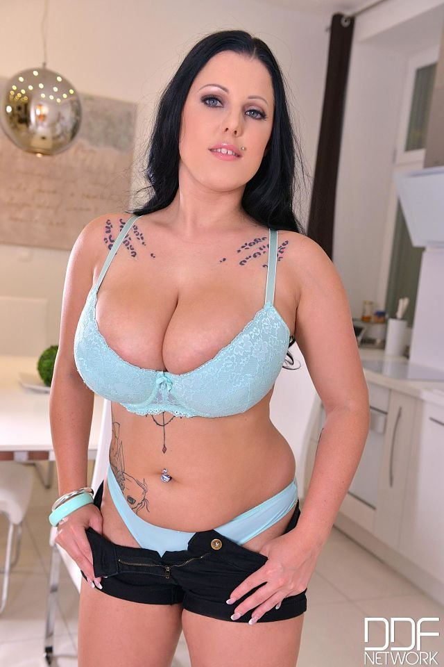 Huge tits in bra of Themis-Thunder inDDF shoot