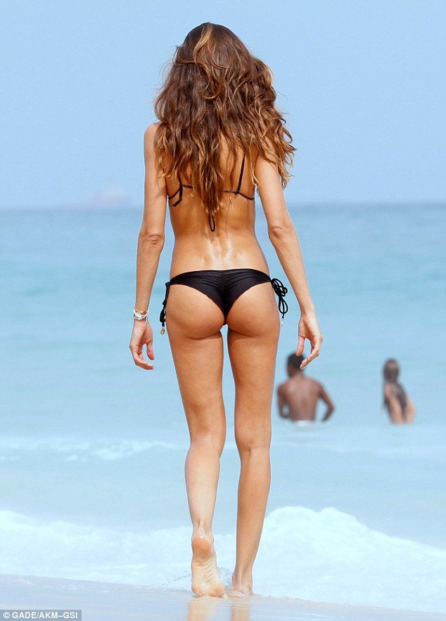 Supermodel Izabel Goulart hot buttocks in bikini
