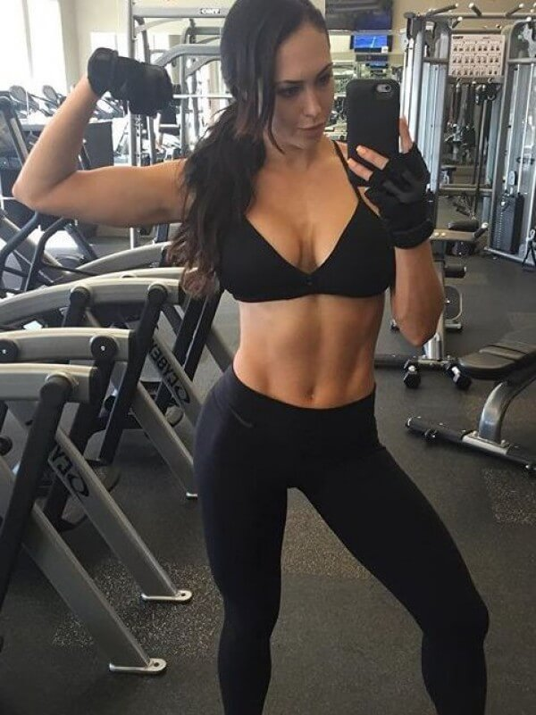 beautiful-fitness-girl-selfie in the gym