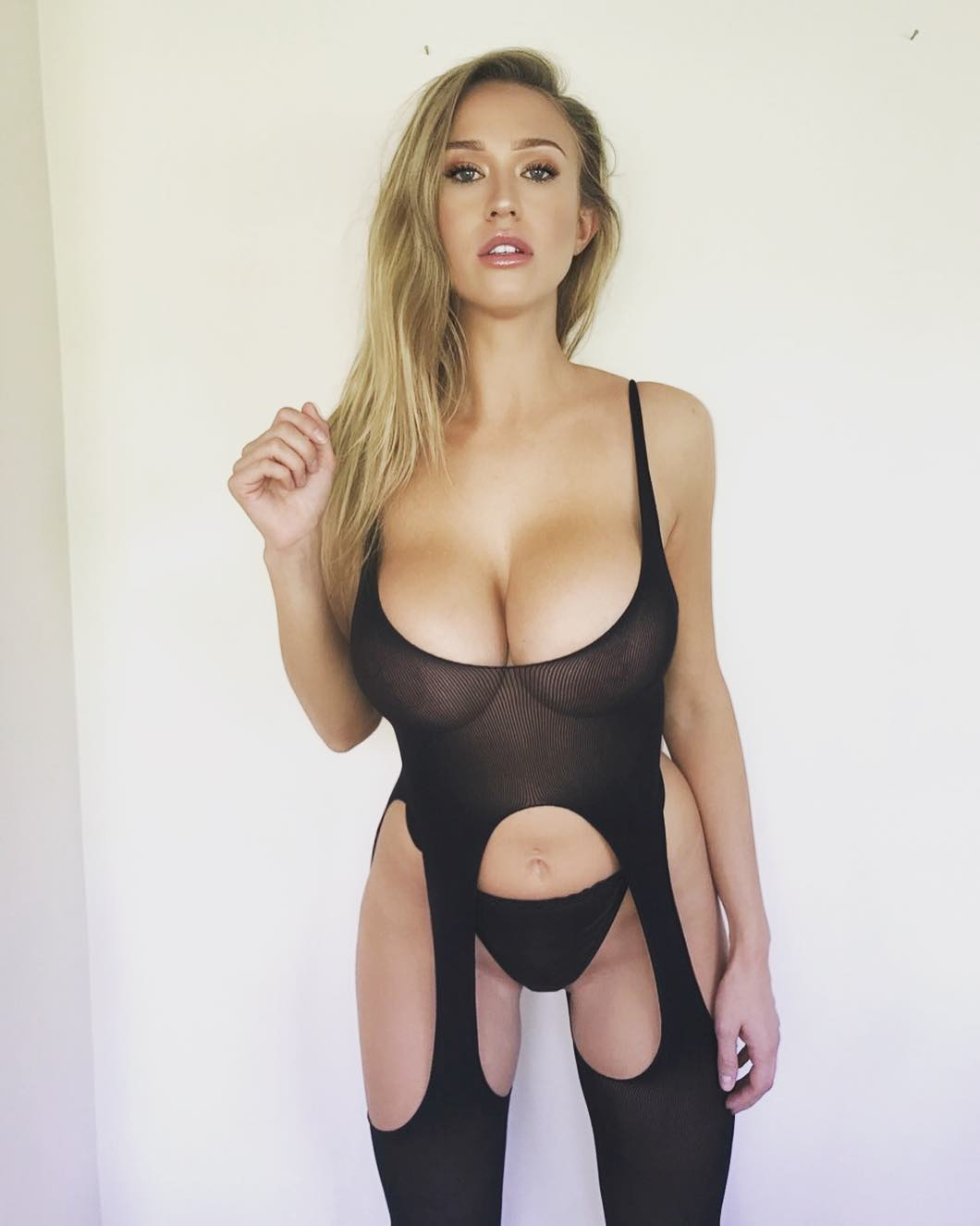 Sophie Reade: the busty glamour model returns and gives to the big cleavages their true value! (14 pics)