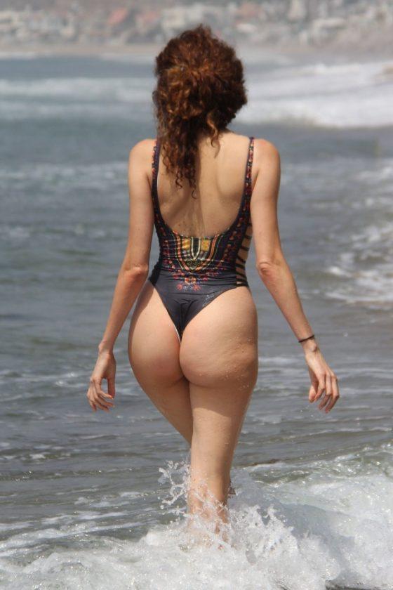 Blanca Blanco nip-slip and curvy ass attraction on the beach