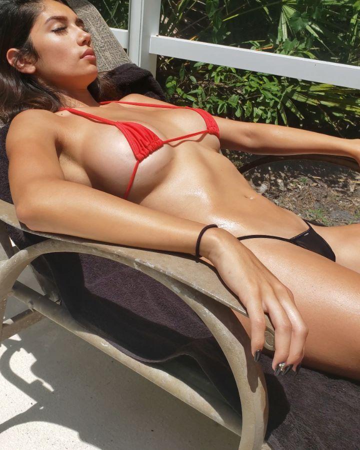 Diana Vazquez – Sexy tits in tiny bikini (gif)