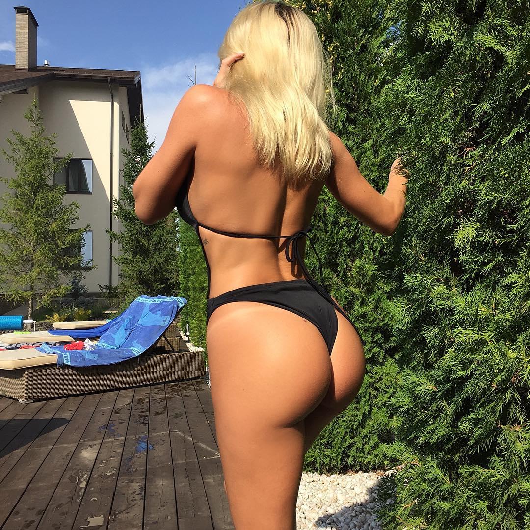 blonde chick in bikini with big ass