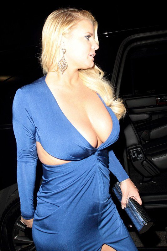 Jessica Simpson clevage in night out