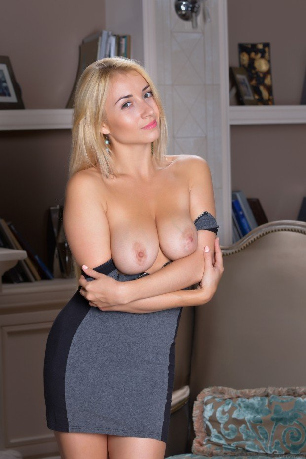 Busty blonde Isabella D nude 3