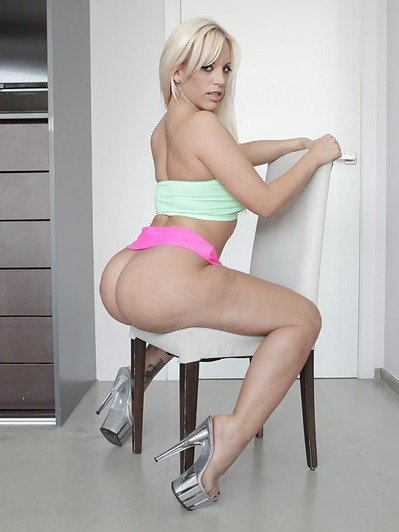 Blondie Fesser Curvy Big Ass to Distract Your Attention!