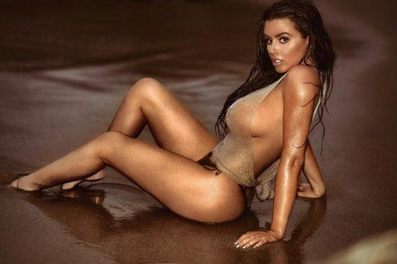 Busty Model Abigail Ratchford in Side-Boob Teasing photo