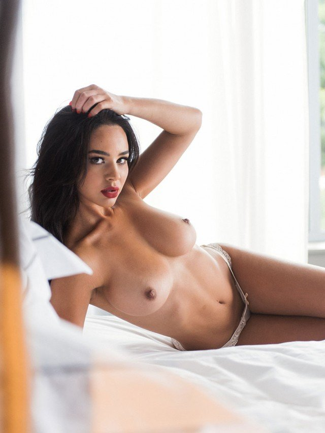 Courtnie Quinlan hot glamour model nude pic