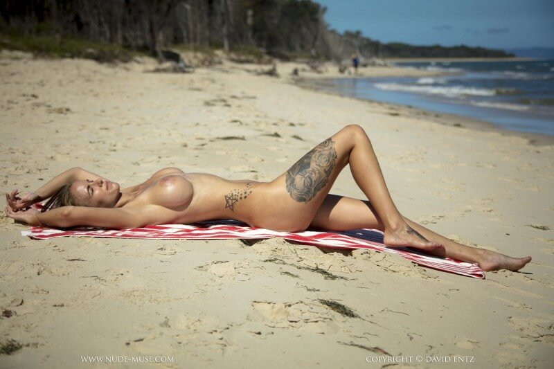 nudemuse-laura-s-tanning