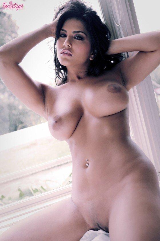 Busty babe Sunny Leone naked body photo